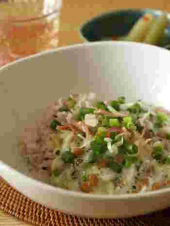 ねばねば食感がクセになる、身体に良い食材がぎゅっと詰まったヘルシー丼。遅い時間の夜ごはんなら、白米の代わりに玄米や十六穀米にしてみるものいいですね。