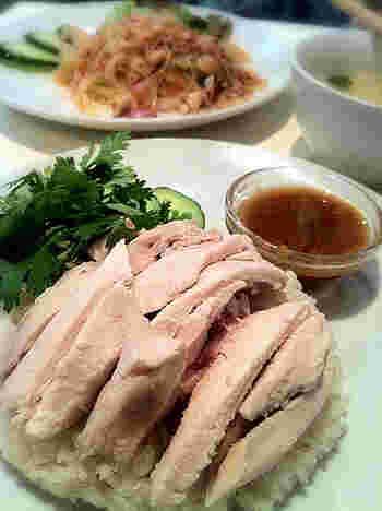 タイの人々が愛してやまないソウルフード、カオマンガイ。鶏肉のおいしさはもちろん、そのうまみのエキスがしみ込んだご飯は絶品。アジアを旅する気分で、おうちでおいしいカオマンガイを作って楽しみませんか?