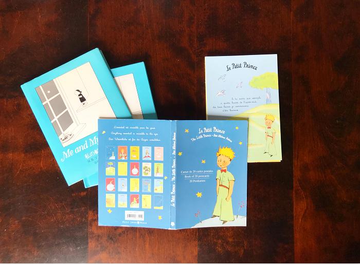 絵本などを買ったときに、たいてい、 冊子本体のまわりにもう一重、光沢のある紙製のブックカバーが付いていますよね。子供たちが絵本を読む時に、結局邪魔になって外してしまう・・・という方も多いのでは。  でも、絵本カバーって、主人公やキャラクターが可愛く描かれているデザインのものが多いので、しまいっぱなしでは勿体ない!