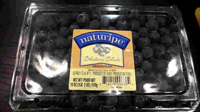 スーパーでフレッシュなブルーベリーを買うと結構高いですよね。コストコでは、500グラムぐらい入ったパックで購入できます。価格はその都度変化しますが、一般的なスーパーよりは割安に買えることが多いようなので美容や健康意識の高いコストコファンの人気商品なんですよ。  アメリカ産やチリ産のブルーベリーは、粒が大きく食べごたえも抜群。そのまま食べたりヨーグルトに入れるのはもちろん、スイーツにアレンジして贅沢気分を味わってみませんか?