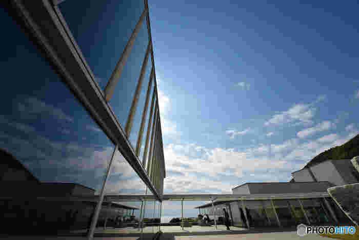 神奈川県立近代美術館の3番目の建物として2003年10月にオープンした葉山館。 一色海岸と背後の三ヶ岡山という葉山の自然との調和に配慮して建てられた美術館です。生活の中で親しめるよう、エントランスホールや中庭、庭園、地下1階の美術図書室などは自由に利用できます。ミュージアムショップもお洒落なグッズを扱っているそうですよ。