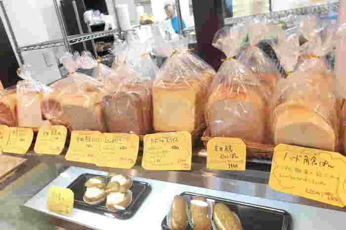 安心素材にこだわれているパン屋さん。  プレーンな食パンはもちろん、紫芋、トマトジュース、黒米、ほうれん草、抹茶など様々な食材が練りこまれた食パンが豊富です。体に良さそう♡ 大豆、大麦、ごま、玄米、キアヌの五穀がたっぷり入った「五穀パン」は栄養価だけでなく、プチプチとして食感が楽しめます。