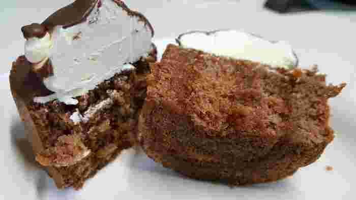 ベースにロールケーキを使っているお店も多くあり、中にバタークリームを入れたり、ジャムが入っていたりお店によって味が違うのもまた魅力的。