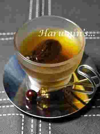 紅茶に大さじ2杯の柚子茶を加え、ドライプルーンを浸します。甘酸っぱい柚子の香りで気持ちもリラックス。柔らかくなったドライプルーンをちょっとつまむと小腹も満足するあったかドリンクです。