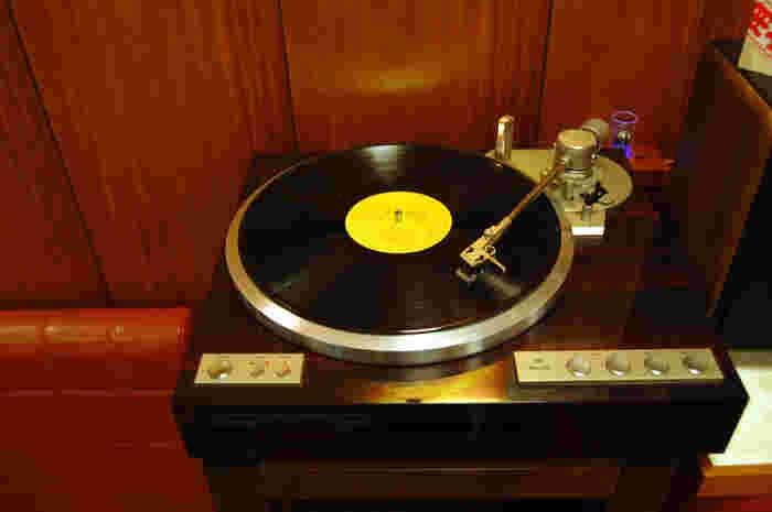 店内に置かれたレコードプレーヤーから流れる音楽が、耳に心地よくほっと和ませてくれます。