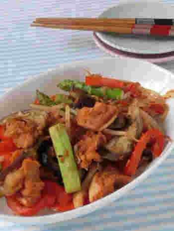 こちらは中華の定番「エビチリ」を、車麩でアレンジしたユニークなアイデアレシピです。ジューシーな食感の車麩を使えば、お肉を使わなくても大満足の一品に。お野菜もたっぷり入って栄養満点。