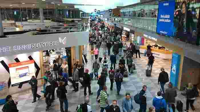 ヘルシンキ・ヴァンター空港は、乗り継ぎ空港としても人気があります。 世界でもっとも空気がキレイだといわれるフィンランド。オーロラや美しい森林など心が洗われる自然体験ができる憧れの国。たとえ経由の数時間だけでも、空港でその洗練された雰囲気を感じ取ることはできます。トランジットに2時間あれば、軽いショッピングが楽しめ、3時間あれば食事もゆっくりできるはず。 待ち時間というのは通常は退屈なものですが、ヴァンター空港なら(北欧デザインに興味がある人はなおさら)飽きずに過ごせるのではないでしょうか。