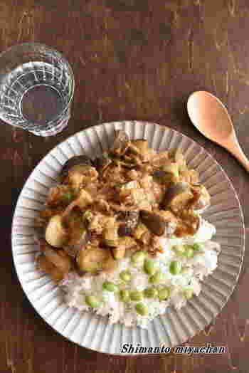 時間のない時におススメなお手軽カレーレシピ。 煮込み時間は少ないですが、ツナのコクと旨味がたっぷり感じられる一皿に!ツナ缶の油の中にツナの旨味が入っているので、捨てずにそのまま使いましょう。