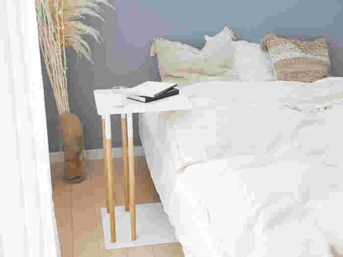 寝室を自分らしく、心地良く。「ベッドサイドテーブル」の選びかた・レイアウト術