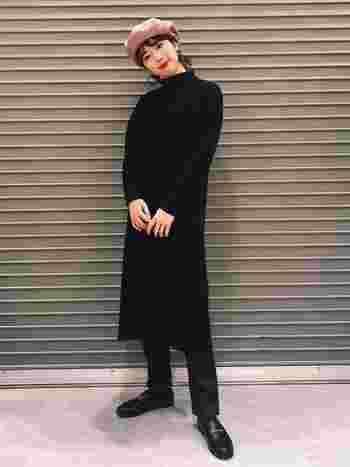 目を引く紫のベレー帽。全て黒で統一したオールブラックコーデに映えていますね。トレンドの赤リップとの相性も◎