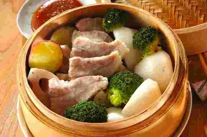 脂身の多い豚バラ肉でも、せいろ蒸しにすることで脂が落ちてヘルシーに。ダイエット中でも罪悪感なく食べられます。根菜に豚バラのうまみがしみて美味しいですよ。