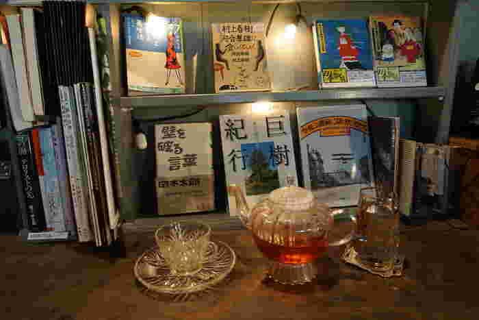 可愛らしいポットとカップ&ソーサーで提供される果実の紅茶。美しい紅茶の色と香りを楽しみながら、1人読書をゆっくり楽しめます。