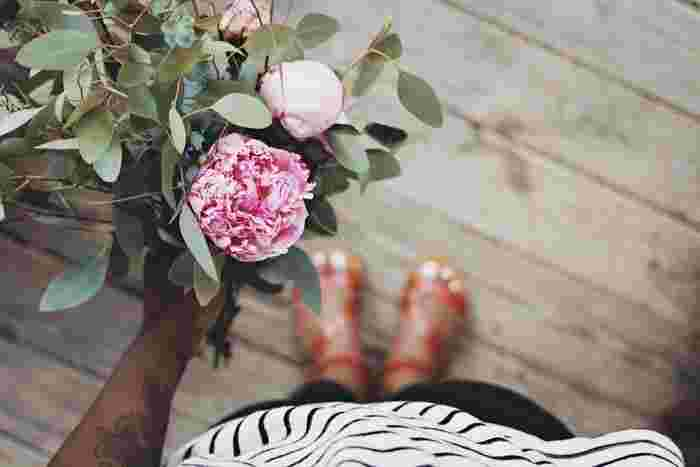 花束にはラッピング代やアレンジ代が含まれるので、具体的に渡したいお花が決まっているときなどは、自分で作るのもお手ごろ価格になるのでおすすめです。