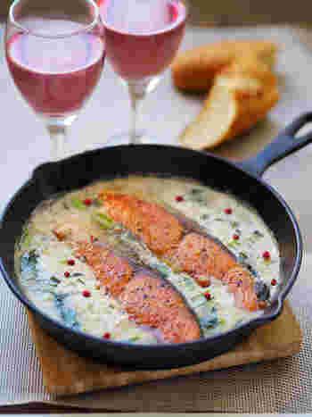 鮭の料理もスキレットで仕上げれば、洋風でオシャレな見た目に。ロゼや白ワインによく合うレシピです。