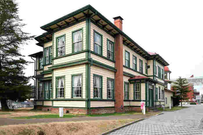 旧東奥義塾外人教師館は、明治33年に建てられ平成5年に青森県の指定文化財(県重宝)になりました。明治5年に菊池九郎らによって創立された「東奥義塾」の外人教師用の住宅で、下見板張ペンキ塗の外壁、キングポストトラス組の小屋組や暖炉など当時の外国人の生活様式が垣間見られる見学無料の施設です。