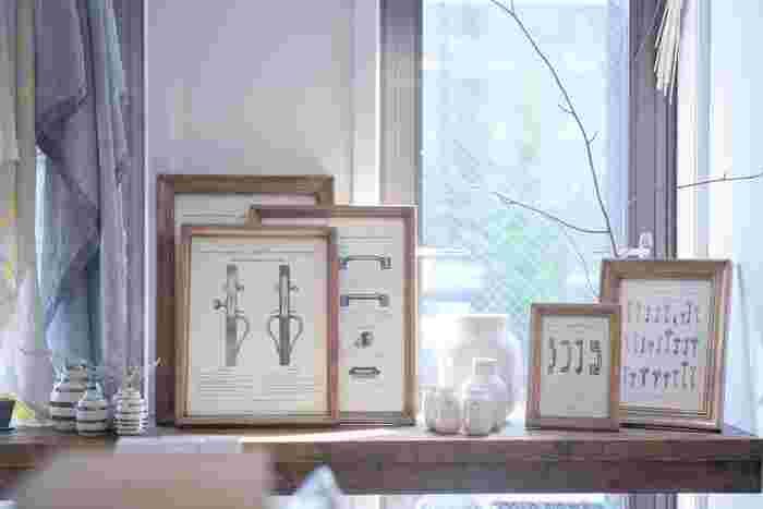 窓辺のテーブルに小さめのポスターをいくつも飾ったら、まるでお洒落なインテリアショップのようになりました。気に入ったポスターを見つけたら、少しずつ増やしていくというのもいいものです。