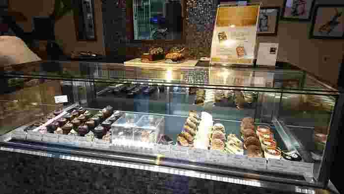 三鷹の「マ・プリエール」や「デカダンス ドュ ショコラ」などを経験してきたショコラティエ、小抜知博シェフが手がけるチョコレートは、個性豊かなランナップ。Bean to Bar(ビーントゥーバー)などのチョコレート、また、焼き菓子も並びます。