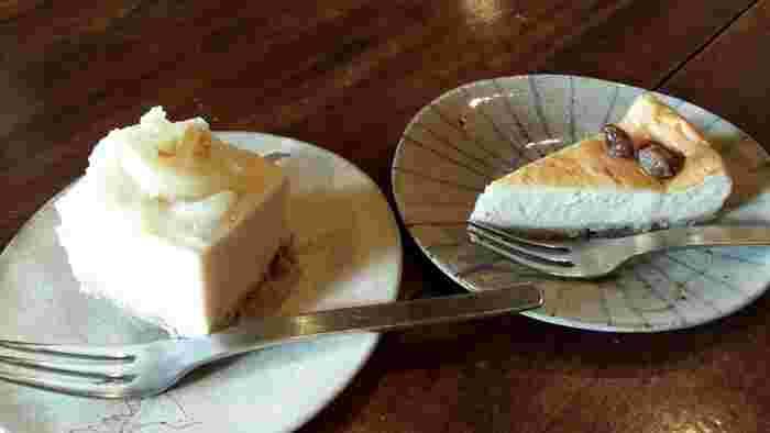 オーガニックや、発酵食のオリジナルメニューが人気です。こちらは、「酒粕レモンケーキ」(写真左)。酒粕のクセは控えめで、レモンも酸っぱすぎず、上品な味わい。暑い日にぴったりです。そのほか、甘酒を用いたベークドチーズケーキも(写真右)。