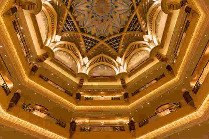 都心部のほど近くにあるこの5つ星パレスホテルは中に入るとビックリ!!内装のあらゆるところが金ピカなのです。