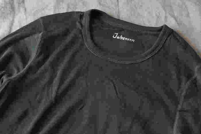 ブランド名は直接生地にプリントしてあるので、タグのチクチク感が気になる方にもやさしい作り。黒地に白でプリントされた文字がクールでモダンでかっこいいですね。