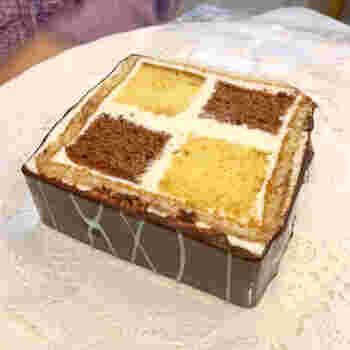 こちらはダミエ。ココアとプレーンのスポンジケーキをバタークリームで仕切り、チョコレートでコーティングした創業当時から時代と共に愛される商品です。おひとり様用の1カットのほか、ご家族でも楽しめるよう1本(26cmサイズ)と7カットでの販売もされています。