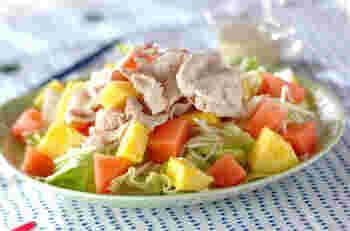 すいかのほかにパイナップルも使った、色鮮やかなサラダ。野菜、豚肉、そしてフルーツと、栄養満点です。暑い夏もぱくぱくと箸が進みそうですね。
