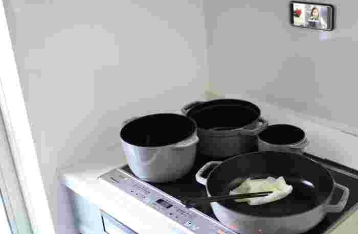 基本的には、ホーロー鍋もIHが使えます。ただ、空焚きや焦げ付かせるのは厳禁。底面のホーローが溶けて焼き付くと、IHのトッププレートが破損することも。また、底が反っている中華鍋のようなタイプや底が小さい鍋など、デザインや大きさによっては、使えないものがあります。  ※IHをお使いの方は、購入前に製品情報を見て使用方法について確認しておきましょう。