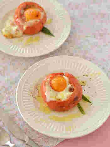 ココット皿に野菜やお肉などを入れてオーブンやトースターで焼く「ココット」。このレシピではココット皿の代わりにトマトを器にして焼き上げます。  トマトの中には、味付けした肉だねを。その上に卵を落として、見た目も可愛いおかずに仕上げました。