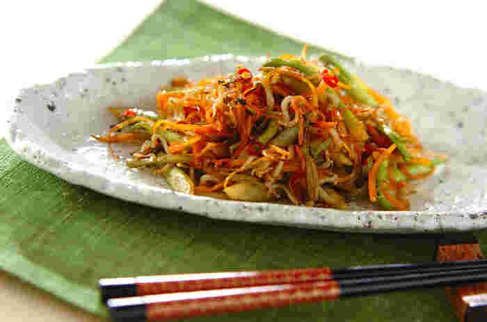 """こちらは""""タラの芽とジャコのきんぴら""""のレシピです。タラの芽、ニンジン、チリメンジャコと調味料を用意し炒め合わせます。お馴染みの料理にも、春の山菜が入ると一気に季節を感じられるようになります*"""