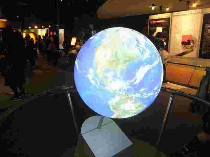 展示室には、模型やCG映像、体験コーナーがあり、天文の世界を楽しく学ぶことができます。宇宙のスケールを想像しながらの見学は、大人も子供も夢中になるはず。