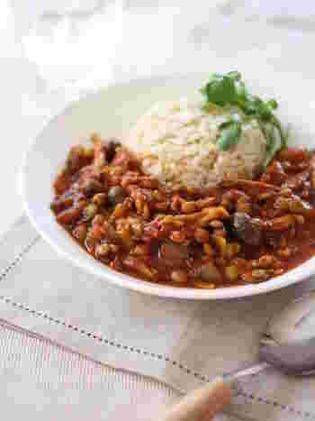 レンズ豆は、水戻しの必要なくそのまま調理できるのが手軽でいいですね。 きのこもたっぷりで旨味しっかり、トマトと豆みそも入ってコクのあるカレーです。