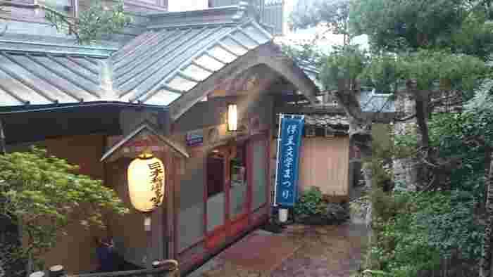 """川端康成があの「伊豆の踊子」を執筆したお宿は、風情たっぷり!""""日本秘湯を守る会""""に参加しているこちらの温泉は、とくに露天風呂の雰囲気が◎"""