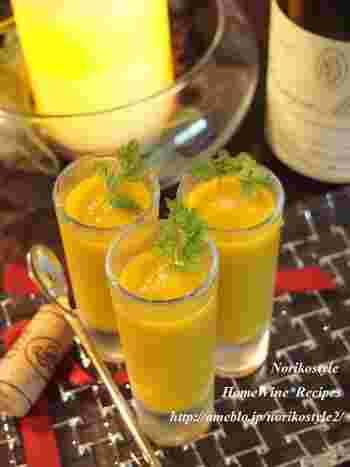 カルダモンやシナモン、ナツメグをアクセントに加えた、スパイシーでオシャレな冷製スープのレシピ。ワインのおつまみにもどうぞ!
