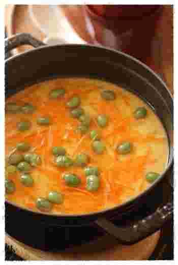 何かとお役立ちな『ストウブ』でも茶碗蒸しを作ることができます。おしゃれなストウブで作ってそのまま出せば、おもてなしにもぴったり。余熱でしっかり固めてくれますよ。