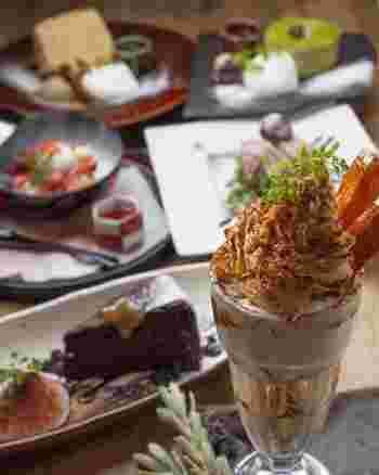 食事の後の締めにお店自慢の特製スイーツはいかが?ケーキやパフェをほおばり、甘いひとときを。