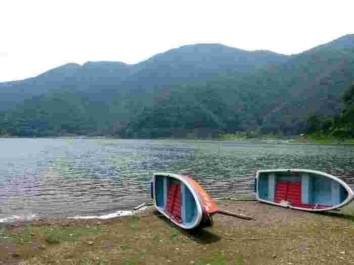 これからの時期はワカサギ釣りのスポットとしても人気です。レンタルボートは湖畔にある宿・釣り船屋さんで借りられます。