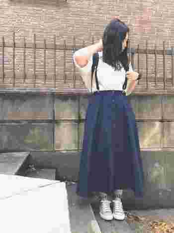 知的でクールなネイビーのフロントボタンのサーキュラースカート。ベージュのコンバースや白トップスと合わせて、大人カジュアルなスタイルに。街歩きや旅行時にも重宝しそう♪