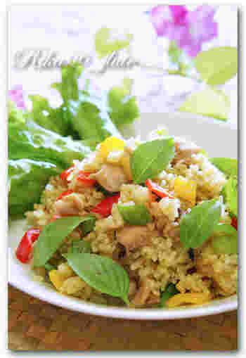 市販のグリーンカレーペーストを使えば、自宅でも簡単にピリ辛のタイ風グリーンカレーチャーハンが完成します。彩り豊かなカラーピーマンを加えることで、見栄えも栄養価もアップ◎グリーンカレーのペーストがあれば、グリーンカレーも簡単に完成します。