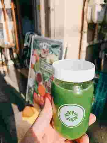 野菜や果物、ハーブなどは無農薬・無化学肥料のものを全国各地から取り寄せています。苦味が気になるケールもぐっと飲みやすく、すっきりとした後味を楽しめますよ。