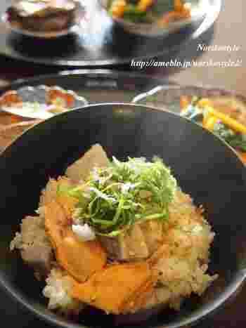 ホクホクねっとり美味しい里芋と、美味しい秋鮭を醤油味で。味付けはシンプルですが、里芋と鮭から旨味がたっぷり出るので心配ナシ。白ゴマと大葉をアクセントに。