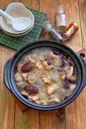 干し椎茸の出汁と鶏もも肉の旨味が溶け合うスープ。味付けは塩麴でさっぱり仕上げられています。間違いない!という美味しさが想像できますね。