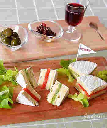 カマンベールチーズをスライスして、スモークサーモンとアボカドを挟んだサンドイッチ。選ぶカマンベールチーズの味によって、さまざまな風味が楽しめます。