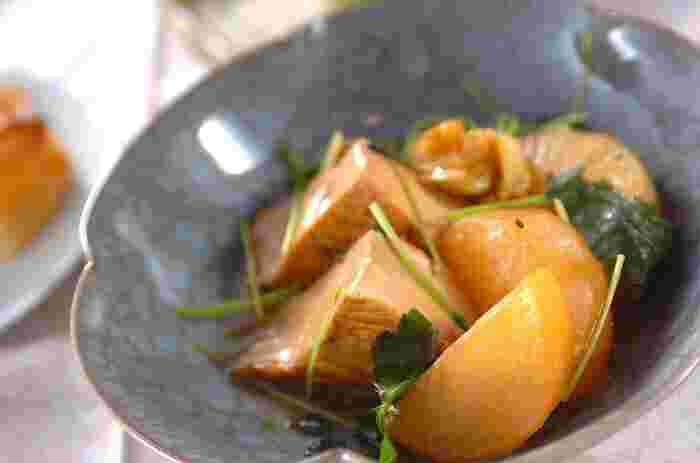 家庭料理の定番、甘辛な味付けの厚揚げと大根の煮物レシピ。厚揚げの旨みが大根に染み込んで、ほど良くコクのある味わいを楽しめます。 味が染みないという悩みを軽減するには、厚揚げに熱湯をかけて油抜きしておくのがポイント。大根も2cmくらいの薄さにカットすれば、味が染み込みやすくなります。調味料の分量や煮込む時間を調節しながら何度もチャレンジして、好みの味を見付けましょう。