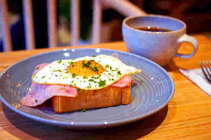モーニングに食べたい「ハム目玉焼きトースト」は、自家製マヨネーズとハムの塩気が絶妙。半熟の目玉焼きをくずしてパンに絡めれば、まろやかな味が口いっぱいに広がります。食パンのおいしさが引き立つように計算されたトーストは、食べてみる価値がありますよ。