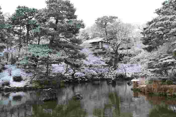 数百本の桜が植樹された「円山公園」は、京都の屈指の桜の名所として良く知られていますが、自然豊かな公園は、春ばかりでなく、秋の紅葉時も、降雪の冬も、四季折々に見事な景色が広がります。 【画像は、七代・小川治兵衛が造園した円山公園内の池泉回遊式庭園。】