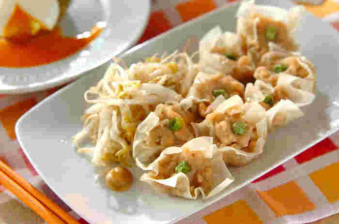 白身魚とはんぺんをペースト状にして、フワフワの食感に仕上げた美味しい「シューマイ」です。自宅で作るのは難しそうなイメージがありますが、コツをつかめば意外と簡単に手作りできますよ。一口サイズの可愛いシューマイは、普段の食卓はもちろんのこと、お弁当のおかずにもおすすめです。
