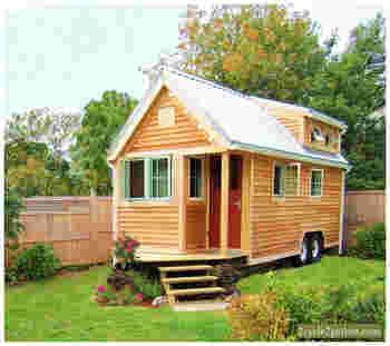 住宅ローンなどの長期債務をかかえることなく低コストで建設が実現できることや、建材や断熱材などの使用量も少なく、家が小さければ使う資源も少なくて済むことなども含め、「小さな家で豊かに暮らす」ことに注目が集まっています。