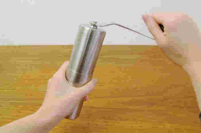 しっかりと閉めたら、ハンドルをぐるぐると回転させます。均一な挽き加減にするためには、一定の速度で挽くことが重要です。