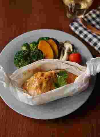 レンジで調理できるクッキングシートは、忙しい女性の味方!下味も必要なく、材料を積み重ねてチンするだけでできてしまいます。野菜も薄切りにしてキッチンペーパーに包めば、レンジ2分で火が通ります。「包」をフル活用したレシピです♪