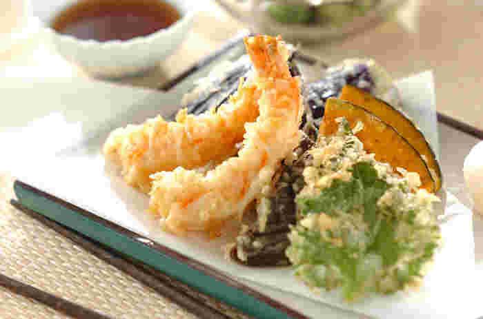 揚げ立ての天ぷらが出てくると嬉しいですよね。 食べる順序はやはり盛り付けを崩さないよう、手前から。 天つゆに大根おろしやショウガを溶くのはOK。 つゆが滴らないように気を付けて下さい。 お箸で切りにくいので、口元を懐紙で隠して2~3口に分けてかじりながら頂くとスマートです。